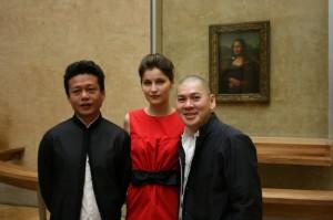 Tsai s herci během natáčení v Louvru